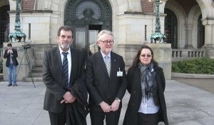 Profesor Vilijam Šabas sa predstavnicima Veritasa, Šavom Štrbcem i Mirom Jovanović, MSP Hag, mart 2014.