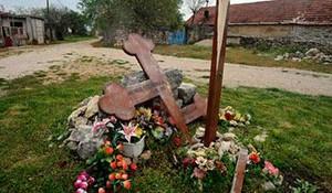 Uništeni krst u spomen ubijenih Srbia u Varivodama 28.09. 1995. (2010)