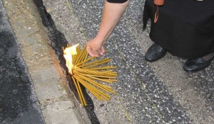 Novi Grad: Paljenje svijeća na mostu spasa preko Une, 6.8.2014. foto: Veritas