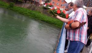Spušteni vijenci u Unu kao znak sjećanja na srpske žrtve, 6.8.2014. foto: SRNA