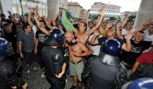 """Novi list, 05.08.2015., Rijeka: Članovi """"Armade"""" pred kazalištem pjevali ustaške pjesme; ulaz čuvala interventna"""