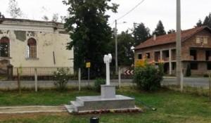 Medari: Oštećeni spomenik ubijenim Srbima, 17.8.2015. Foto: NSPM