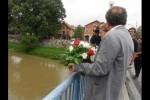 """Novi Grad: Bačeni vijenci sa """"mosta spasa"""" na rijeci Uni, 6.8.2016. Foto: SRNA"""