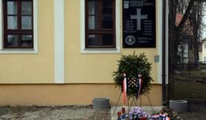 Spomen-tabla sa ustaškim pozdravom i znamenjima na jasenovačkom dječjem vrtiću Foto: Novi list / Nikola Cutuk/PIXSELL