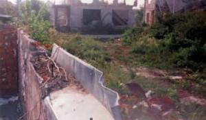 Gradiška (RS), septembar 1997 - hrvatski avioni su 2. maja 1995. bombardovali civilne objekte, u kući br. 34 poginula su su djeca. Foto: DIC Veritas, Okupacija u slikama