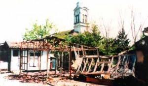 Crkva Sv. Dimitrija u Okučanima, posle hrvatske operacije Bljesak. U porti Crkve zatečena je iskopana duboka raka Foto: DIC Veritas, Okupacija u slikama