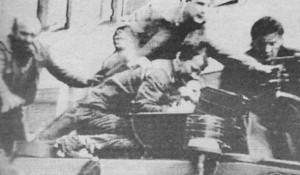 Slika divljačkog davljenja vojnika u kupoli transportera obišla je svet, Split, 6.5.1991. hrvatski napad na transporter JNA i vojnike Svetlanču Nakova i Slavu Jovanova (vozač transportera) Foto: Arhiva