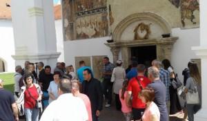 Krušedol: Manastirska porta bila mala da primi sve vernike Foto S.Kostić