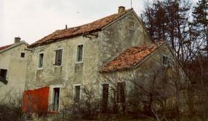 Žagrović, Parohijski dom, uništen u ratu 1995. Foto: Eparhija Dalmatinska