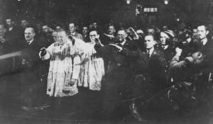 Hrvatski rimokatolički sveštenici i hrvatske ustaše sa nacističkim pozdravom Foto Arhiva Borbe, Večernje novosti