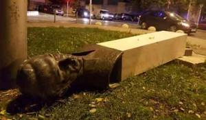 Srušen spomenik Rade Končaru na Bačvicama u Splitu Foto: Dalmatinski portal