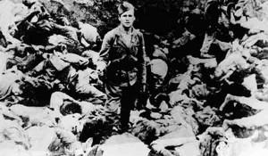 Hrvatski ustaša nad poklanim Srbima Foto: Muzej žrtava genocida