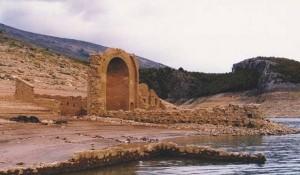 Potopljeni manastir Dragović 1395-1959. izronio iz Perućkog jezera Foto: Srbi.hr