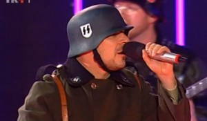 """U HRT-ovoj emisiji """"Lijepom našom"""" nastupali pjevači s nacističkim šljemovima Foto: Screenshot"""