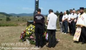 Petrovačka cesta: Parastos stradalim Srbima u hrvatskom raketiranju kolone izbeglica kod Janjile Bravsko Foto: RTS screenshot