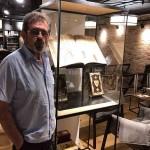 """Savo Štrbac uz eksponate u kafeu """"Freska"""" u Cirihu, 15.9.2019."""