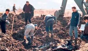 Masovna grobnica u Carevom polju kod Jajca iz koje su ekshumirana tela žrtava iz autobusa Foto: Politika, EPA/STRINGER