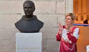 Kolinda Grabar Kitarović otkrila spomenik fra Bernardinu Sokolu n Korčuli Foto Večernje novosti, Ured predsednice HR