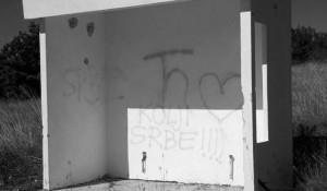 Natpis 'Kolji Srbe' osvanuo je u kućici koja služi kao autobusna stanica u mjestu Rumin na cesti Sinj – Bitelić Foto: Portal Novosti