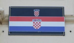 Na vukovarskim sudovima i državnim tužilaštvima dvojezične table godinama stoje prelepljene Foto: Srbi.hr