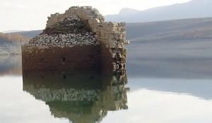 Jezero Peruća: Izronile zidine manastira Dragović (1395) Foto: Kadar iz instalacije In Absientia Miodraga Krkobabića