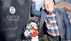 Milan Alavinja, otac policajca Gorana Alavinje, kraj sinovljevog groba u Karinu Donjem Foto: DIC Veritas