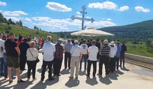 Pomen kraj spomen-krsta na Petrovačkoj cesti, 7.8.2021. Foto: DIC Veritas