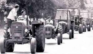 Kolona izbeglica na traktorima u hrvatskom progonu Srba iz Krajine, avgust 1995. Foto: Večernje novosti