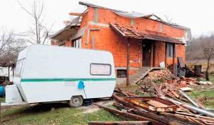 Banija posle zemljotresa - spas u kontejnerima Foto: Politika, EPA-EFE/Antonio Bat