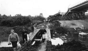 Most spasa u hrvatskom progonu Srba iz Zapadne Slavonije, na Savi kod Gradiške, maj 1995. Foto: Arhiva DIC Veritas