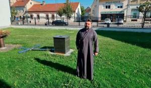Srušeni krst ispred crkve u Požegi, 12.9.2021. Foto: Pozega.eu, Novosti Portal